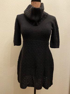 Ein dunkelblaues Kleid in Strickoptik
