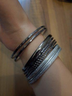 Ein Mix aus Silber Armreifen