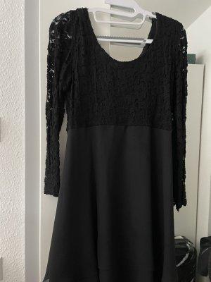 Ein schwarzes Kleid