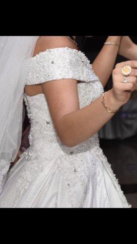 Ein Wunderschönes weißes Brautkleid