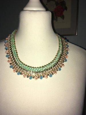 Eine Halskette in Pastellfarben