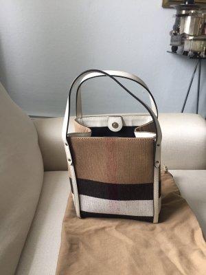 Eine Tasche von BURBERRY