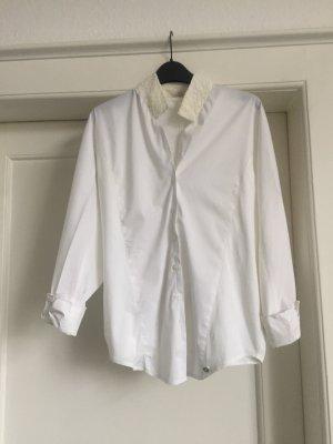 Eine weiße Bluse von DATCH