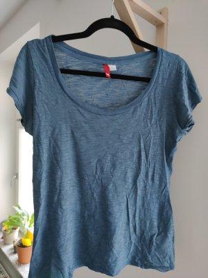 einfaches, blaues T-Shirt