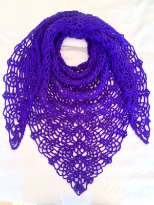 Selbstgehäkelter Scialle viola scuro-lilla