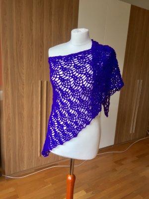 Selbstgehäkelter Mantilla violeta oscuro-lila