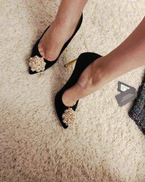 Elegante High Heels Samt schwarz mit Perlenbrosche spitz Stiletto goldener Absatz