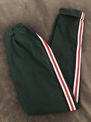 Elegante Hose in Smaragdgrün mit rot-weißen Streifen