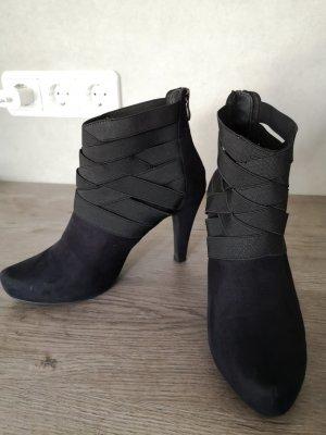 Elegante schwarze Stiefelette in optik