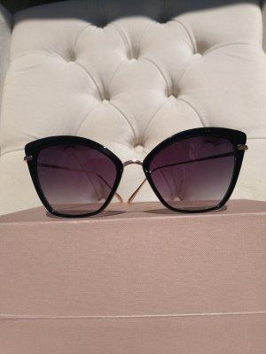 Elegante Sonnenbrille schwarz eckig und filigraner goldener Rahmenfarbe
