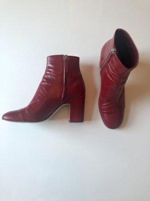 Elegante weinrote Stiefeletten aus Leder