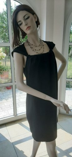 Elegantes Abendkleid in schwarz mit verspielten Trägern