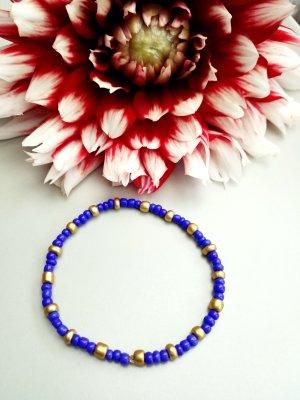 elegantes Armband mit blauen und goldfarbenen Perlen