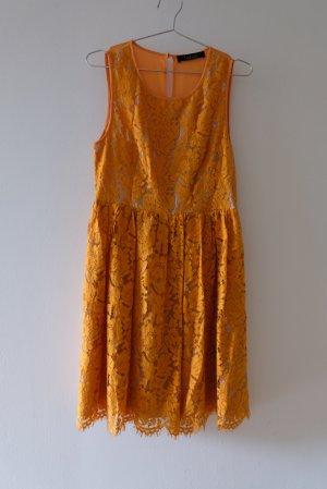 elegantes Kleid aus zweifarbiger Spitze mit transparentem Rücken