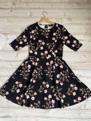 Elegantes schwarzes Kleid mit rosa Blumen