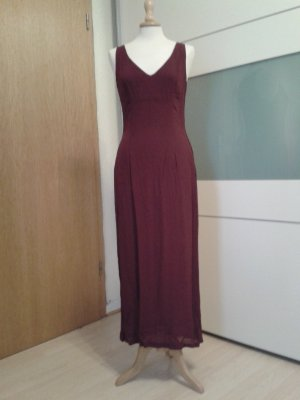 Elegantes wadenlanges figurbetontes Kleid in dunklem fuchsia