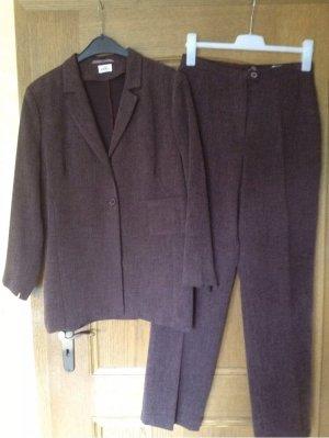 Traje de pantalón violeta amarronado