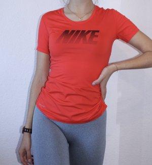 enganliegendes rotes Sporttshirt von Nike