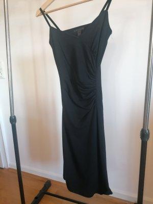 Enganliegendes schwarzes Kleid mit Raffung