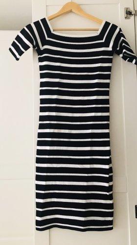 Enges Kleid mit Carmenausschnitt