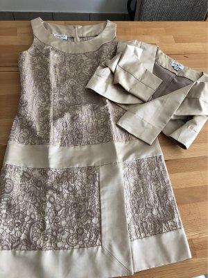 Enges Kleid mit Jäckchen