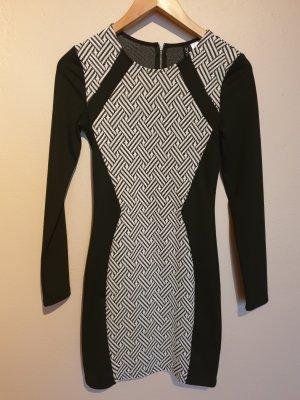Enges langärmliges Kleid