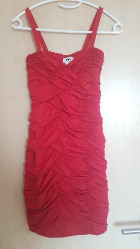 enges, rotes Kleid