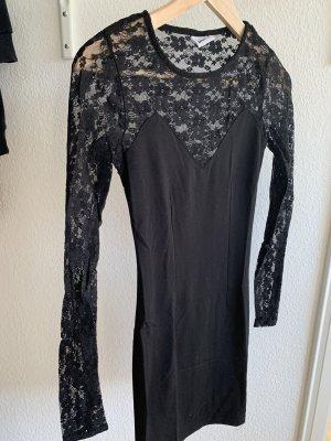 Enges schwarzes Abendkleid