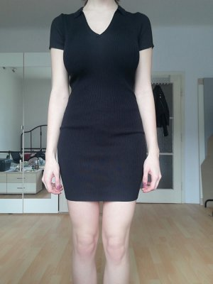 Enges schwarzes Kleid