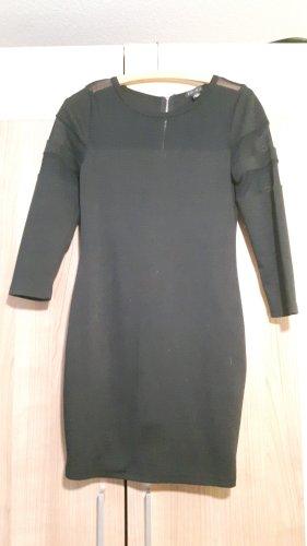 Enges schwarzes Kleid mit transparenten Einsätzen