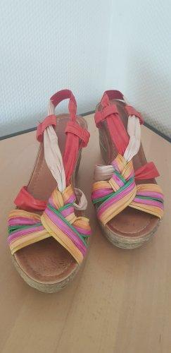 Farbenfrohe Sandalen mit Keilabsatz