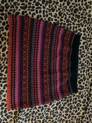 Farbenfroher Rock für Herbst und Winter aus warmen Material.