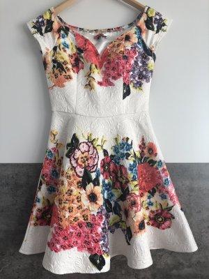 Farbenfrohes Sommerkleid von ChiChi London