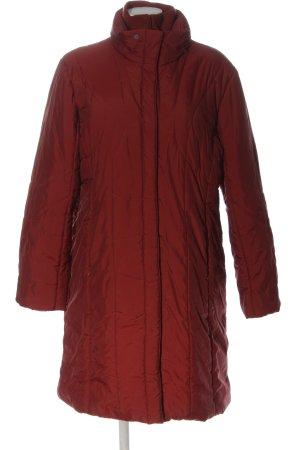 Fashion concept Doudoune rouge motif de courtepointe style décontracté