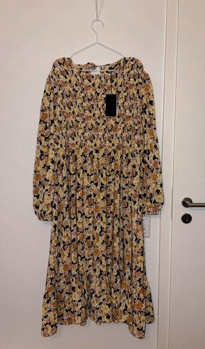 Fashion Union Plus - Gestuftes Midi Kleid mit gerafftem Oberteil und Blumenmuster