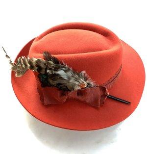 Federgeschmückter Hut