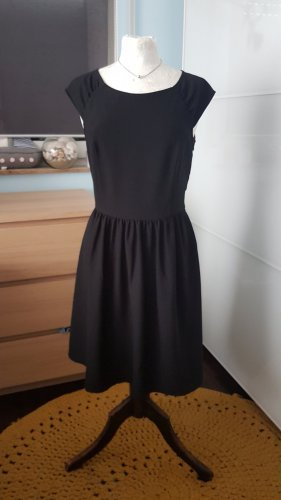 Federleichtes Kleid in A-Linie mit vielen Details Gr. 36