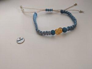 Feines Makramee-Armband mit goldener Pfote