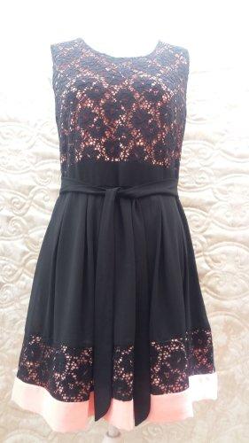 Festliche Damen Kleid 39 Euro  Neu Preis 49,95 Damen Kleid von Apricot mit Etikett Das Kleid von Apricot ist aus fließendem Material gefertigt und tailliert geschnitten. Es zeigt sich im zweifarbigen Design mit floraler Spitze und Kellerfalten.