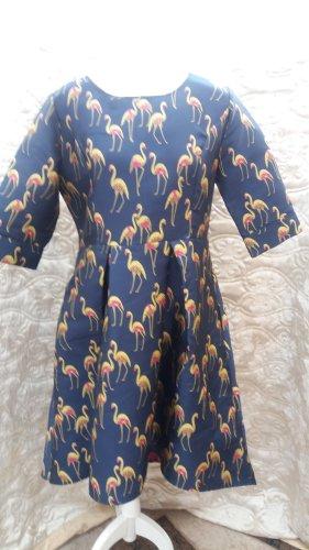 Festlische Vokuhila-Kleid mit Flamingodruck 65 Euro Besonders festes und dehnbares Material. Feminin verspielter Look durch Flamingodruck und besonders raffiniertem Schnitt: schmales Oberteil, ab Taillennaht weit ausgestellter, hinten verlängerter Saum. I
