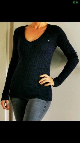 Figurbetonter dunkelblauer Pullover