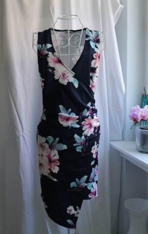 Figurbetontes dunkelblaues Kleid mit Blumenmuster