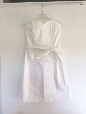 Figurbetontes weißes Kleid