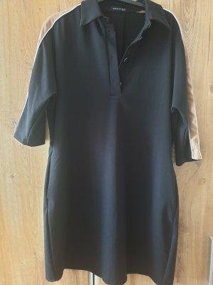 Figurschmeichelndes Kleid mit Taschen und halblangen gestreiften Ärmeln
