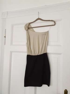 Figurschmeichelndes One-Shoulder Kleid