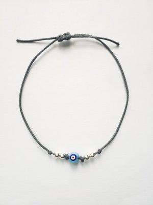 Filigranes graues Armband mit silberfarbenen Perlen und blauem Auge