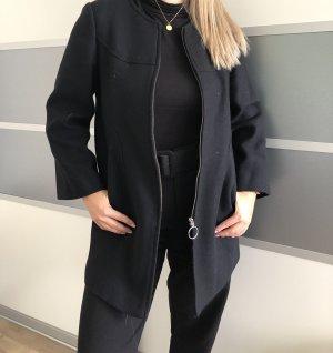 Filzmantel in schwarz von Zara
