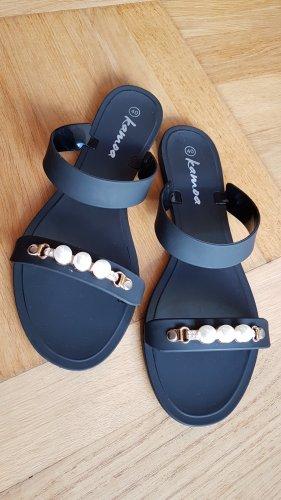 Flache Pantoletten mit Perlen