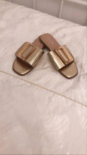 Sandalias de tacón con talón descubierto color oro