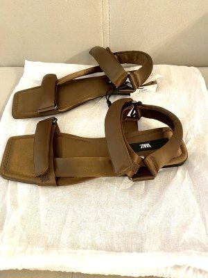 Flache Sandalen mit Etikett
